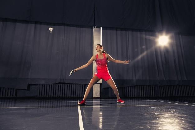 dame i rødt badmintontøj